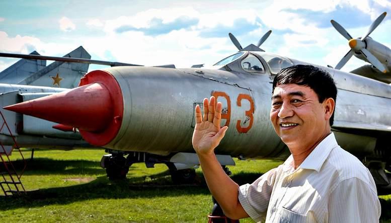 Выпускник академии 1982 г. первый вьетнамский космонавт генерал-лейтенант Фам Туан в Монино (1998 г.).