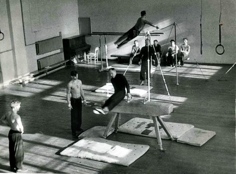 Занятия в спортзале академии (1950-е гг.).