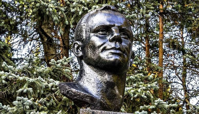 Бюст Ю.А. Гагарина на служебной территории академии.