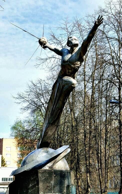 Монумент перед Домом офицеров академии - Слава покорителям космоса (скульптор Г.Н. Постников, 1962 г.).