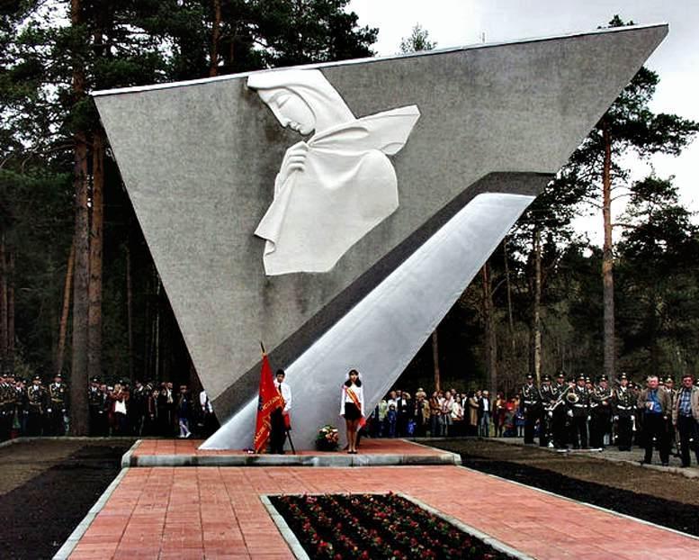 Памятник перед Монинским мемориальным кладбищем - Скорбящая мать (скульпторы Б.М. Кунтыш и О.Г. Бережной. Архитектор А.В. Терехов (1967 г.)).