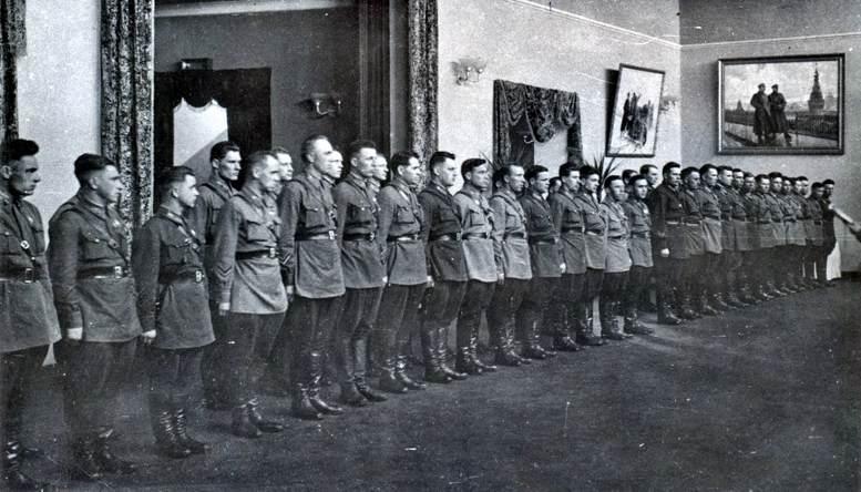 Выпуск штурманского факультета академии в Доме офицеров (1940 г.).
