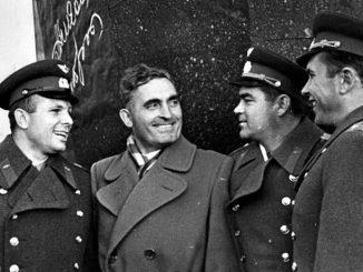 Первые лётчики-космонавты СССР Ю.А. Гагарин, А.Г. Николаев и П.Р. Попович со скульптором Г.Н. Постниковым.