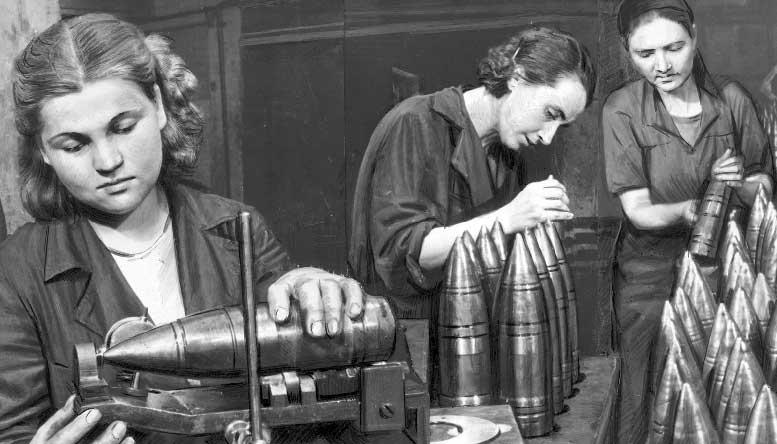 """Изготовление снарядов для орудий. Фото: архив """"ИЗВЕСТИЯ""""."""