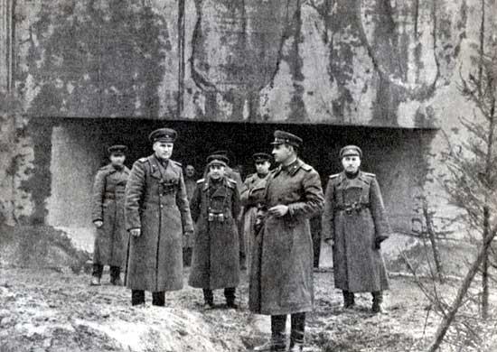 Командующий 1-й гвардейской армией генерал-полковник А.А. Гречко (в центре на переднем плане) с офицерами штаба на линии Арпада. 1944 г.