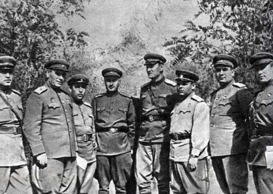 Командующий 56-й армией генерал-лейтенант А.А. Гречко (четвертый справа) среди офицеров и генералов 11-го гвардейского корпуса. 1943 г.