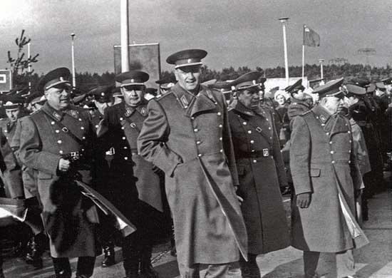Маршал Советского Союза А.А. Гречко в войсках 2-го гвардейского танкового корпуса. 1972 г.